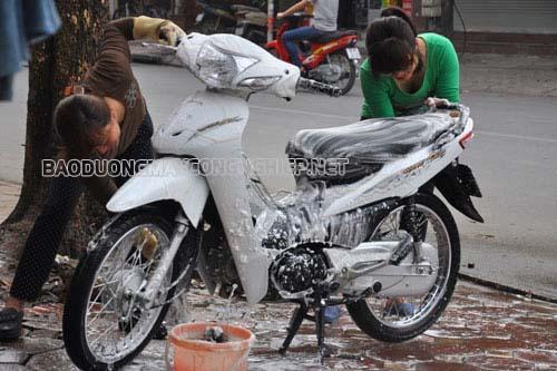 Sử dụng nước rửa xe máy chuyên dụng giúp làm mềm các vết bẩn, tăng hiệu quả làm sạch xe