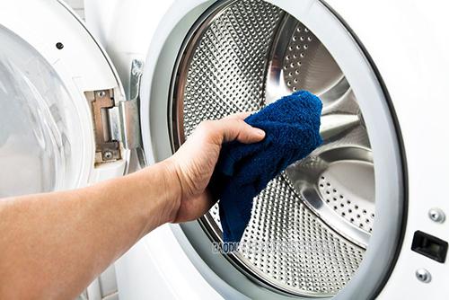 Lau chùi máy giặt cửa trước thường xuyên, cặn bẩn sẽ không còn bám dính nhiều