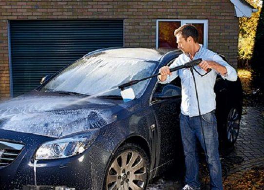 Sử dụng máy rửa xe gia đình vệ sinh xe ô tô