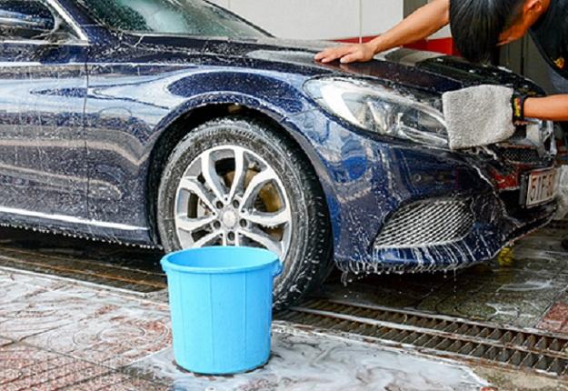 Rửa xe bằng nước mưa khiến lớp sơn bên ngoài xe nhanh bạc màu
