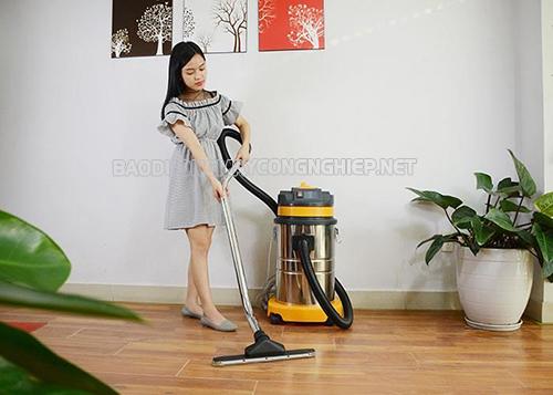 Sử dụng máy hút bụi công nghiệp để vệ sinh nhà xưởng