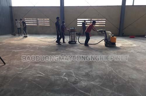 Làm sạch sàn thường xuyên là một phương pháp bảo vệ sàn nhà cực tốt