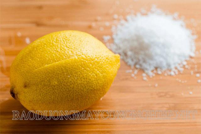 Chanh và muối có tác dụng hiệu quả trong việc làm sạch vết ố trên kính