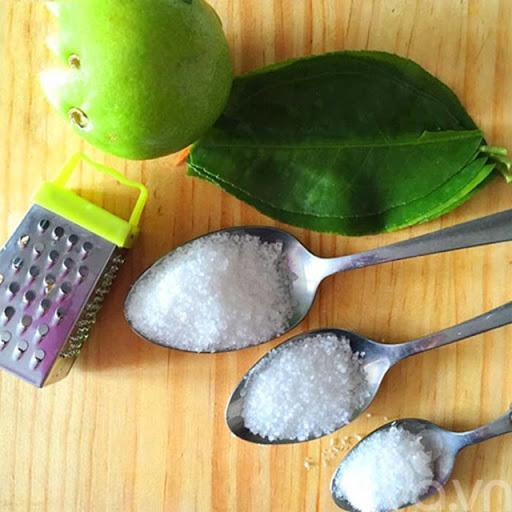 Chanh và muối là 2 nguyên liệu có tác dụng tẩy rửa tốt