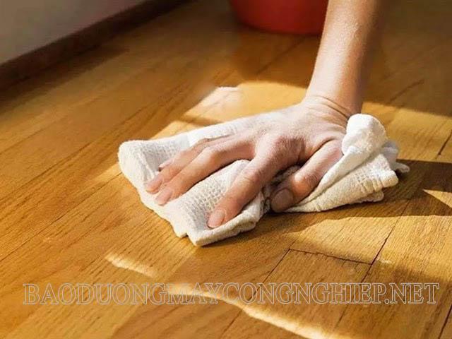 Đóng cửa, lau nhà thường xuyên bằng khăn khô trong thời tiết nồm để tránh nước đọng trên sàn