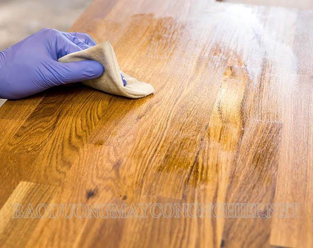 Lau sạch sàn gỗ bằng giấm ăn hoặc xà phòng
