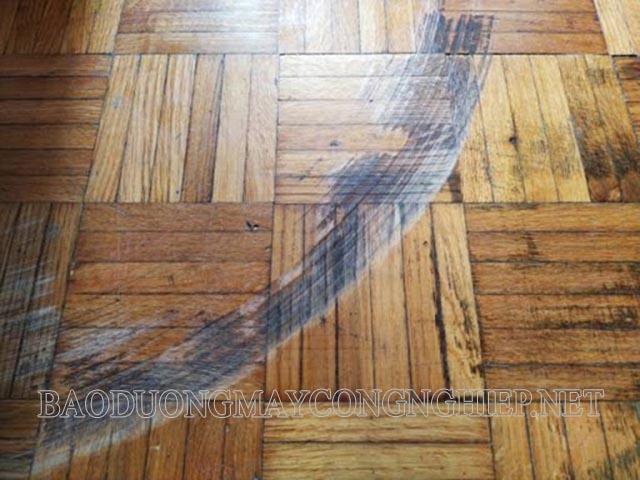 Sàn gỗ bị xước do kéo lê cửa