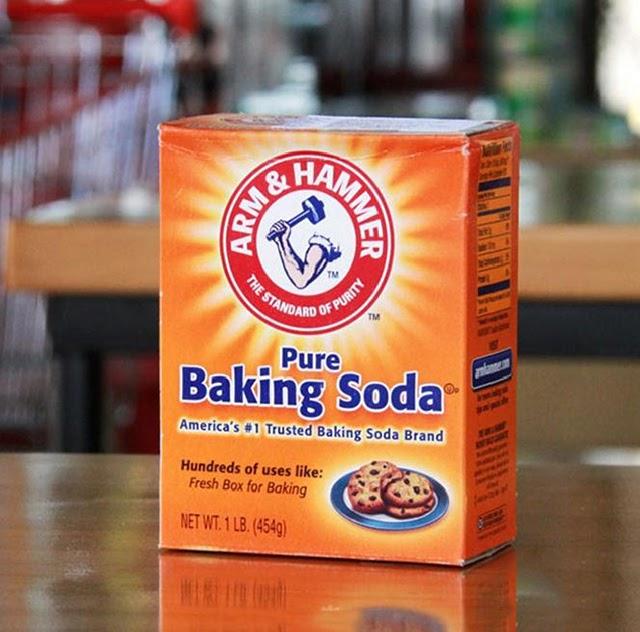 Sử dụng bột baking soda để làm sạch kính phòng tắm