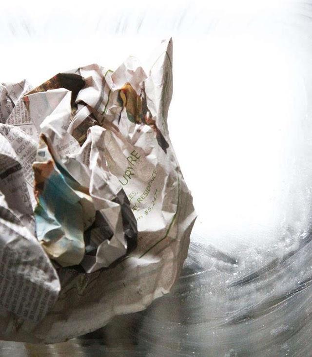 Sử dụng giấy báo là một trong những cách hay để tẩy rửa vết ố trên kính