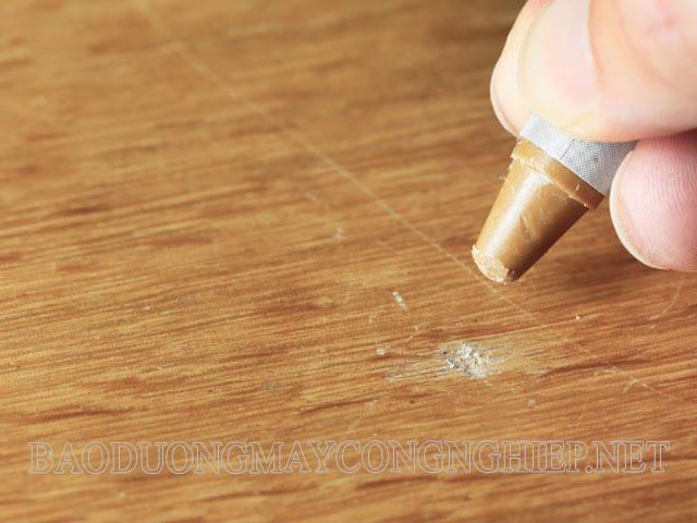 Sử dụng màu sáp là một biện pháp hiệu quả để xử lý sàn gỗ bị xước