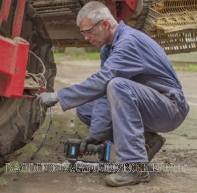 Tra mỡ bôi trơn cho máy móc hoạt động trơn tru