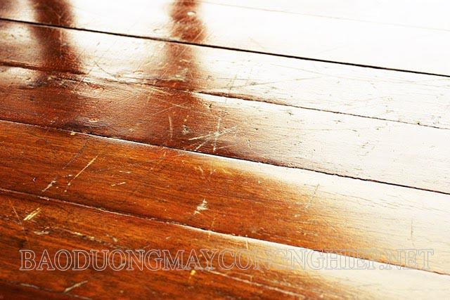 Sàn gỗ bị xước là tình trạng thường xuyên gặp phải với những gia đình sử dụng sàn gỗ